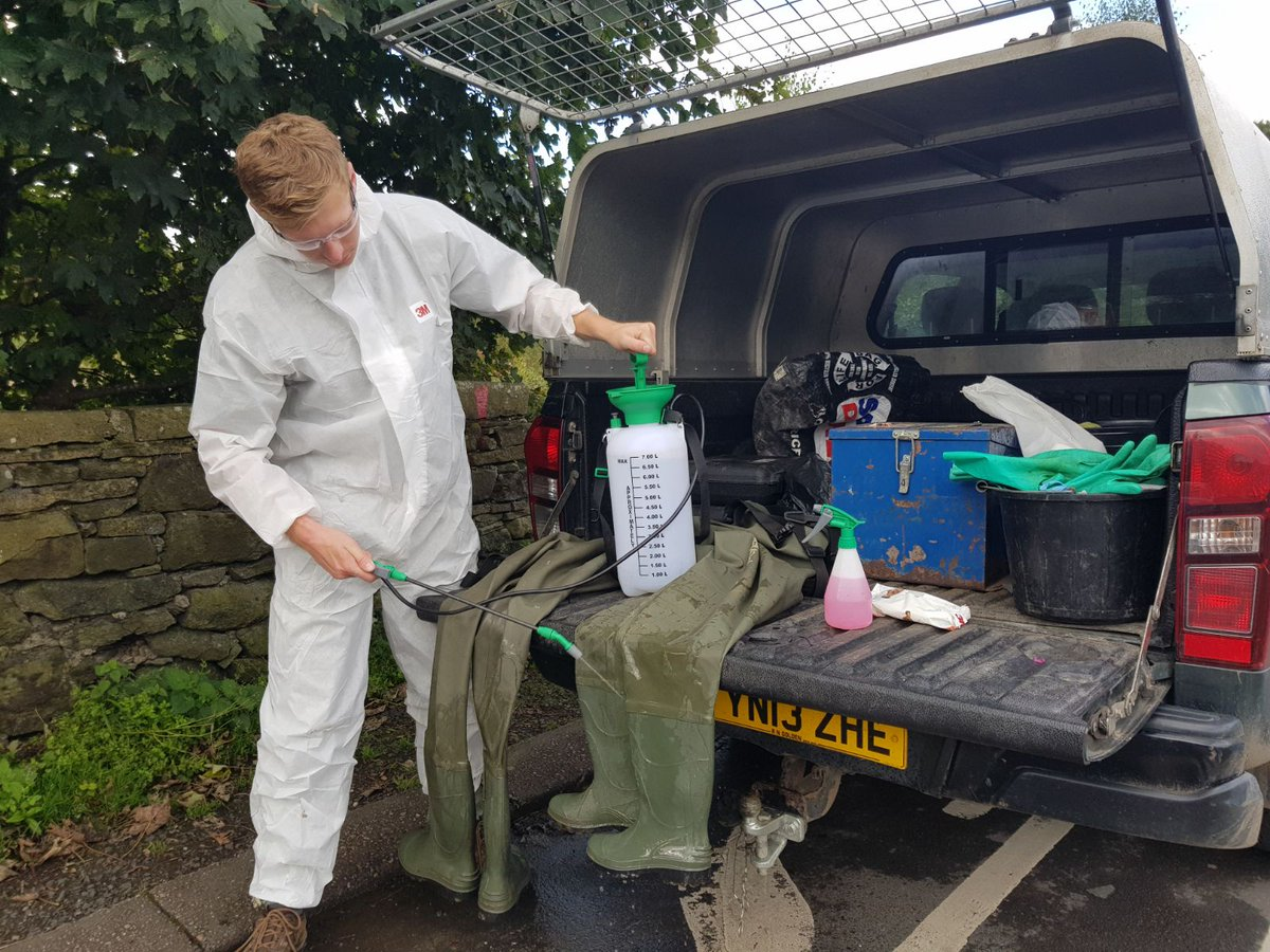 John undertaking @CheckCleanDryGB  biosecurity measures after #invasivespecies treatment. Let&#39;s #stopthespread <br>http://pic.twitter.com/XnW9w9Uixu