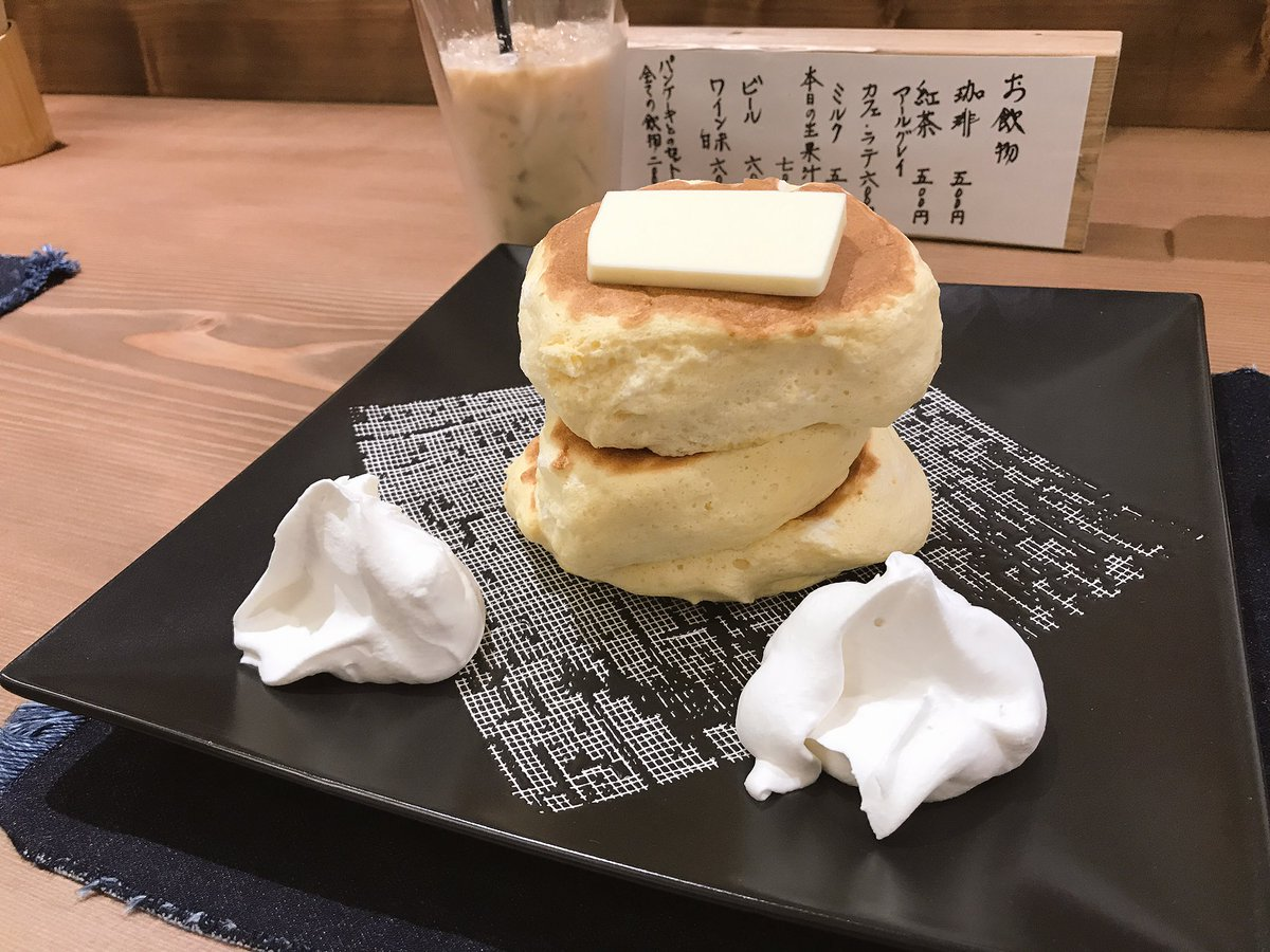 前回売り切れで食べられなかった浅草の、噂の、紅鶴に行ってきた!!  も、パン生地がふわっふわ!! 皿…