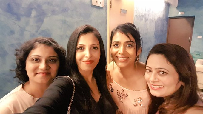 My gorgeous dates😘😘😘had a lovely eve with my girl gang🤗 thank you for being there dear @prache1 @anujakarnik n @mk_madhura 😍 #posterboys https://t.co/9drOQhid2U