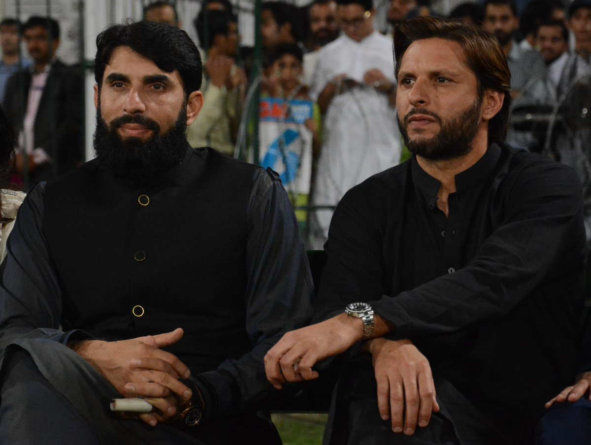 Shahid Afridi and Misbah-ul-Haq do a lap of honour at the Gaddafi Stadium