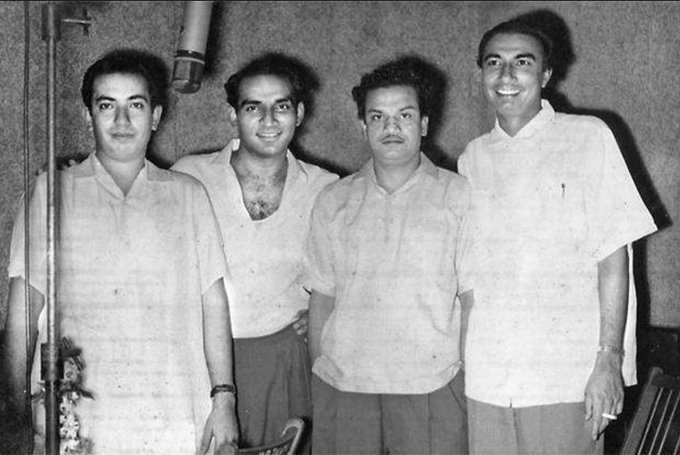 T 2548 - A rare photograph of Yash Chopra, with Mahendra Kapoor, N Dutta and Sahir Ludhyanvi ; working on 'Dhool ka Phul' in 1959 https://t.co/qVPFrJyDCs