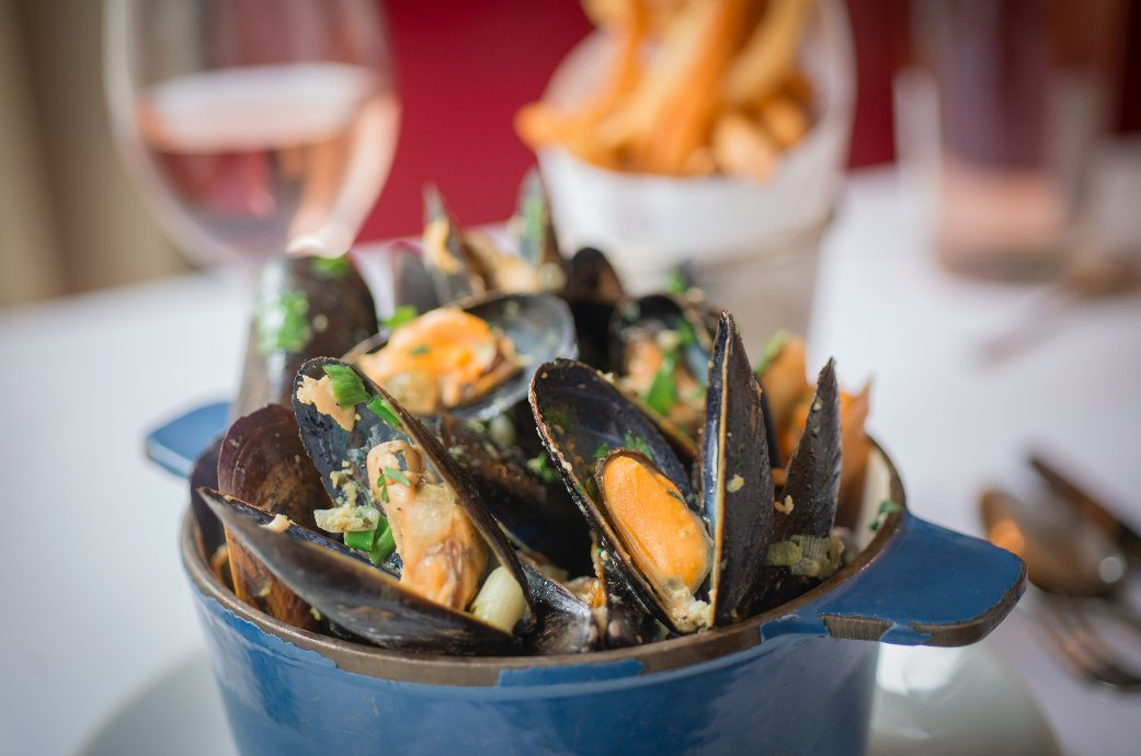 The perfect happy hour = A pot of fresh mussels and a $10 cocktail. Celebrate Friday #uptown #uppereastside #Friday #jacques #weekend <br>http://pic.twitter.com/mX9bLeQShe