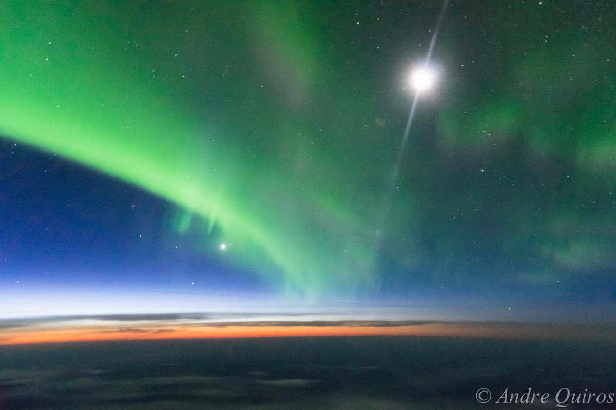 My view of the #AuroraBorealis, #Moon and #Venus, this morning from 35,000ft over western #Canada  An wonderful nature show. @StormHour<br>http://pic.twitter.com/A7USsfsfkT