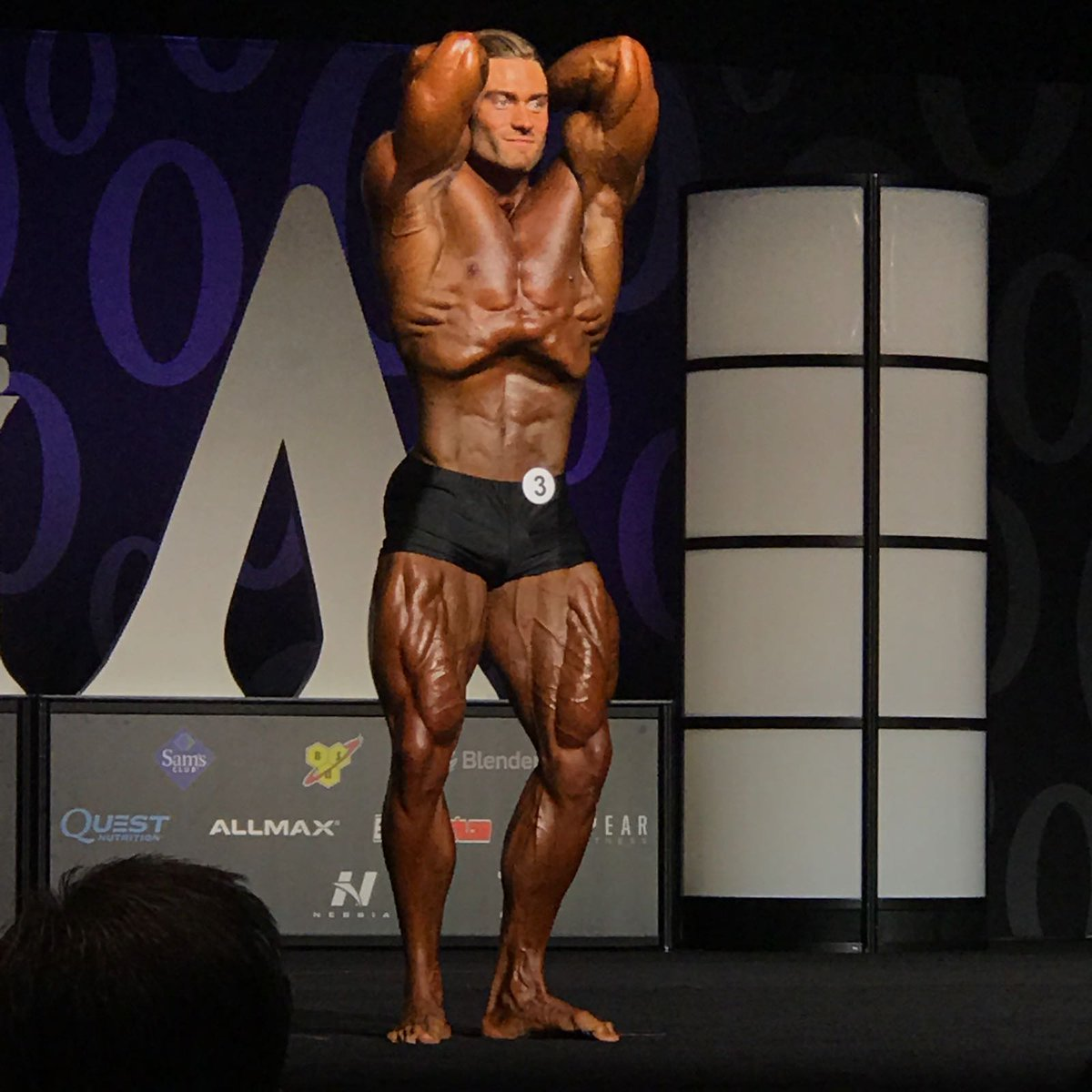 Chris Bumstead hace una pose de vacío abdominal