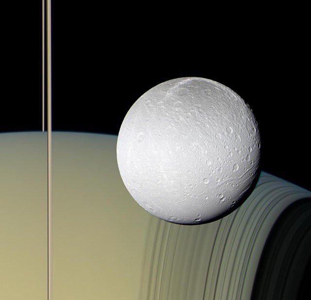 カッシーニの撮影した土星と衛星エンケラドゥス。実写なのに、フォトショの初心者が合成したようにしか見え…