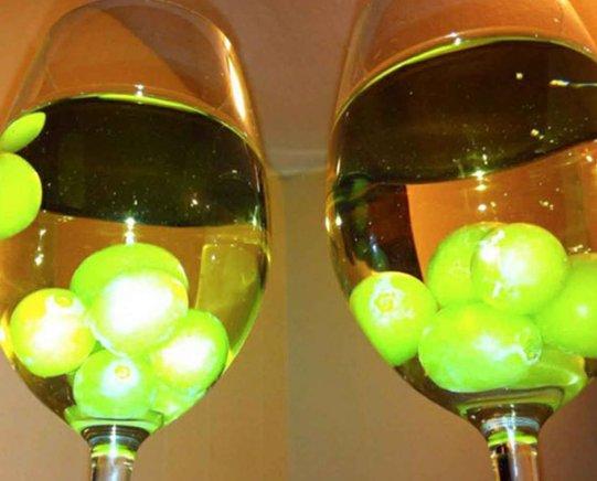 【この発想はなかった】 ワインを冷やしたいけど氷で薄めたくない?そんなときは凍ったブドウを入れよう。…