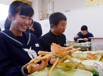 神奈川県の中学生がクソまずい給食を食べている間に、鳥取県の中学生は松葉ガニを食っているのであった。 https://t.co/6Z6Hi11YbJ