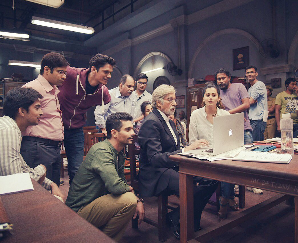 #1YearOfPink sharing my most fav bts picture when sir @SrBachchan had all our attention, and eventually the nation's! 🙏🏻❤️ https://t.co/quyCuScIAk