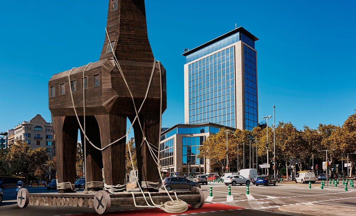 URGENTE: Un misterioso caballo gigante de madera entra por la Diagonal de Barcelona https://t.co/ZzL8GKZGIe