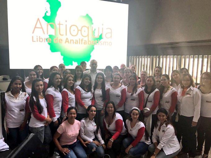 DK1HIe W0AAwDwC - Antioquia alfabetizará 250.000 personas que no saben leer ni escribir