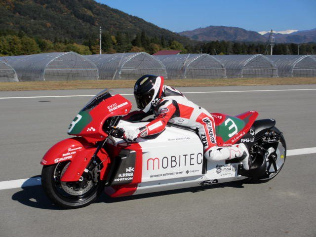 TT零12をイベントに展示した時にモビテックの田井中さんが見に来ていて、世界最速の電動バイクプロジェクトに協力してほしいと相談されて15年に製作したのがモビテックEV-01。