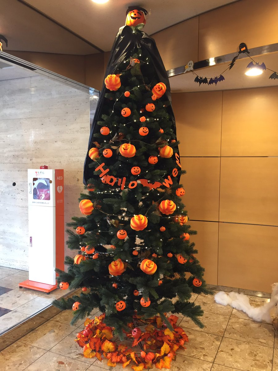 Halloween Christmas Tree.Rachel Jun On Twitter Our Hotel Has A Halloween