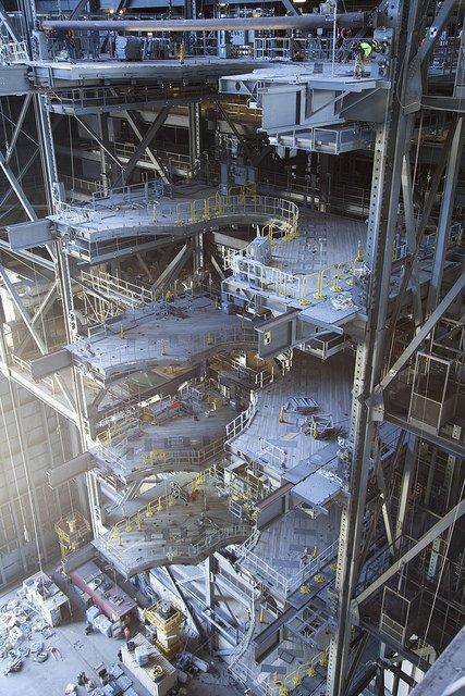 """KSC-20160715-PH_SWW01_0117  フロリダのケネディ宇宙センターにある""""Vehicle Assembly Building(スペースシャトル組立棟)""""。"""