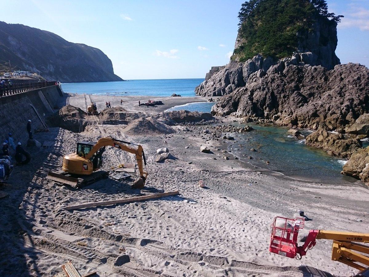 光海底ケーブルの敷設作業です。 なかなか見れない陸上げ風景! そして信じがたいかもですが、やっと光ケーブルが来た(°Д°) #新島