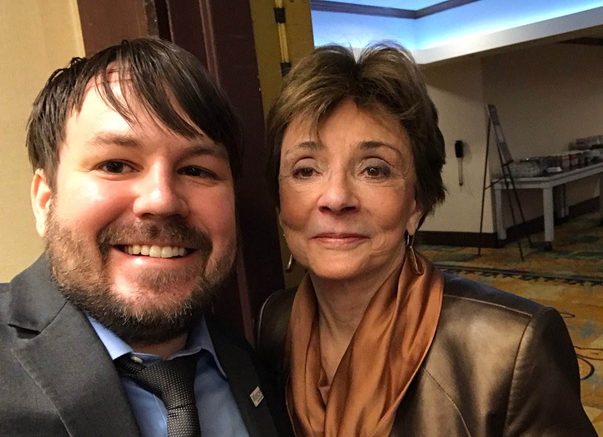 #MentorSelfie w my amazing mentor, @SWWeissMD! She taught me sarcoma #pathology, professionalism, writing (and proper grammar)! #USCAP2017 <br>http://pic.twitter.com/dvmdkuQjf1