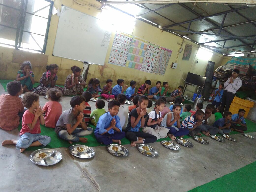 """SPYM India on Twitter: """"Children saying prayers before food at #SPYM""""s centres - have you said thanks for today's meal yet? 😀🙏🍱🍛… """""""