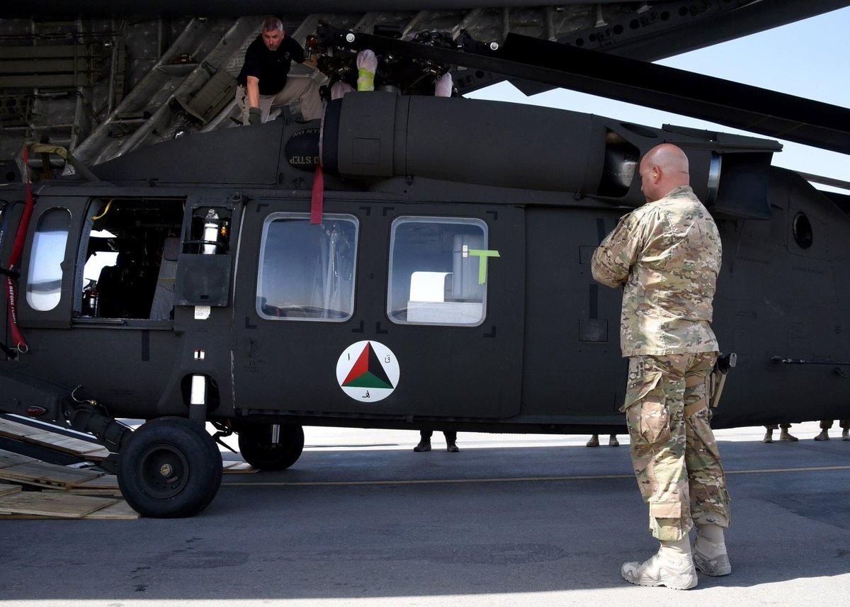 القوات الأفغانية تتسلم 4 مروحيات بلاك هوك من واشنطن DKBJfEKVAAAq2xF