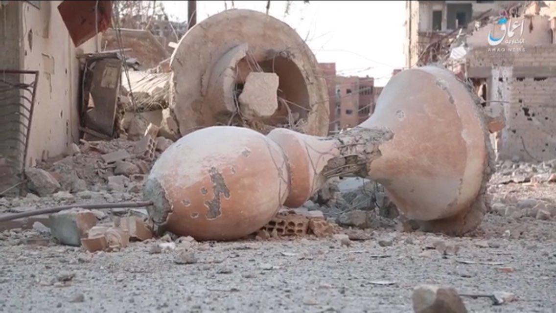 هذا ما تبقى من مسجد عمر بن عبد العزيز بقصف أمريكي أثناء نشرهم للأمن والأمان والإسلام المعتدل في الرقة ..