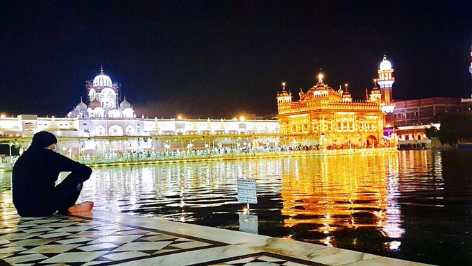 A chance visit to the Golden Temple,listening to the gurbani & watching the world go by.Only word that comes to mind now:SURREAL 🙏🏻 #blessed https://t.co/wRKXBaJXkT