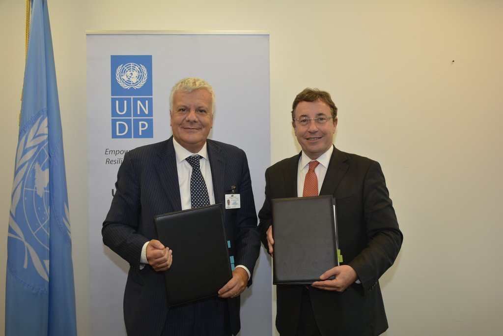 #UNGA : @glgalletti signs framework agreement with @UNDP @ASteiner, a Centre in #Rome to support #LDC  http:// wp.me/p46pmn-aqM  &nbsp;  <br>http://pic.twitter.com/l52QSviwNZ