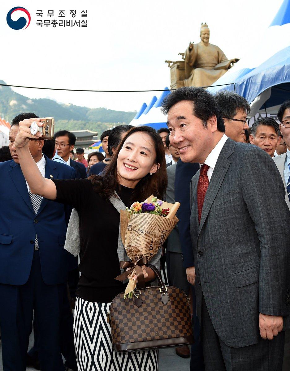 🎉추석을 맞아 18일부터 20일까지, 서울 광화문광장에서 농축산물 직거래장터가 열립니다.🛒어제 개장식에 이낙연 국무총리가 다녀왔는데요. 참가자들을 격려하고, 직접 물품도 샀습니다. 그 현장, 함께 둘러보시죠~😃https://t.co/R79nCYF1js