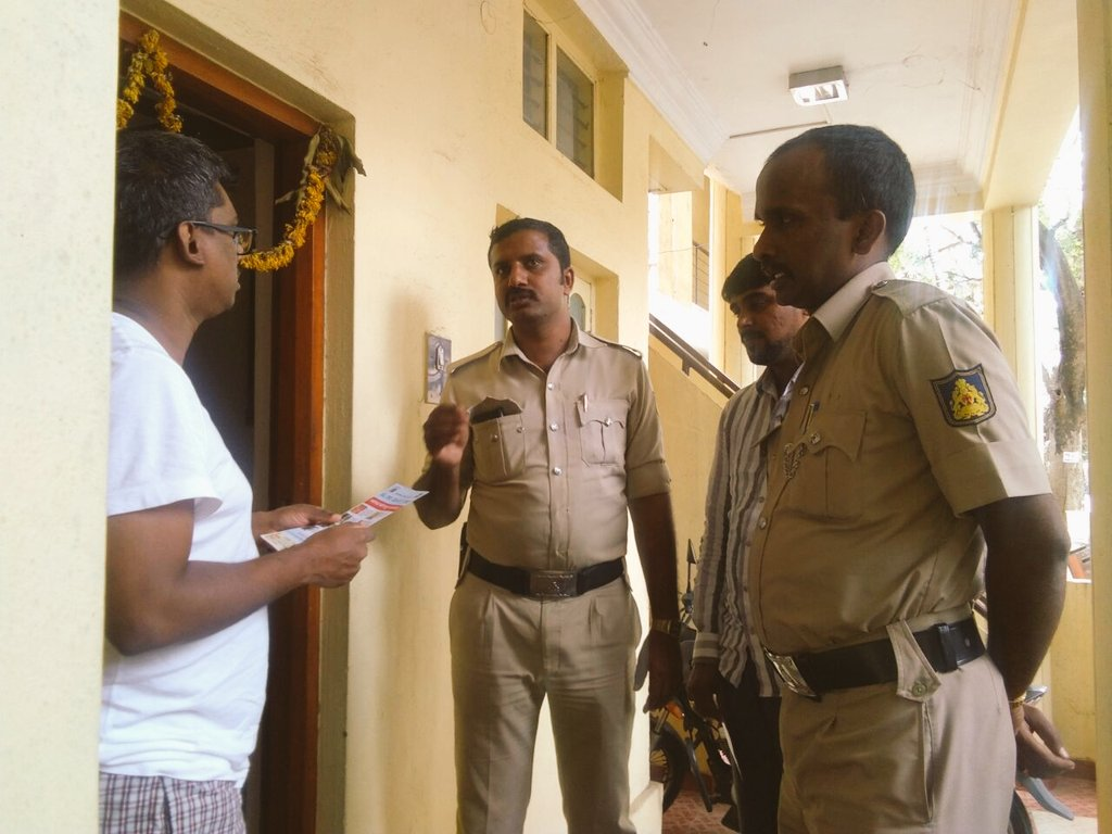 #communitypolicing  Beat level house to house awareness by @BlrCityPolice & ASMs  Plz follow Preventive Measures for Ur & Ur Ppty Safety