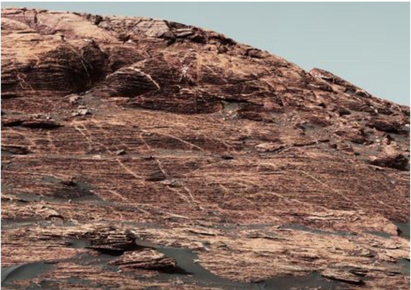 Curiosity Rover Climbing Steep Martian Ridge (Photos) https://t.co/nxpDjUg68R https://t.co/jrQJDxGDRU