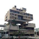 クウェート大使館。丹下健三作品。ここも来るの初めて。来春建て替え工事始まる前に見ておこうと思って。空…