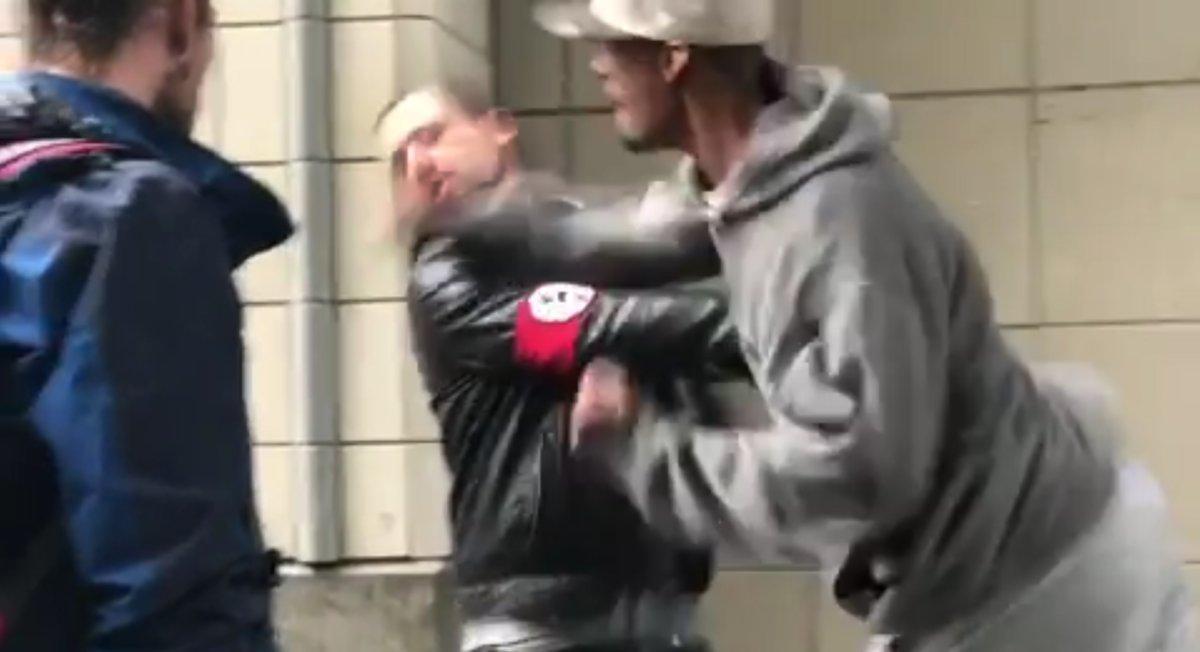 Vídeo mostra neo-nazista que usava suástica sendo nocauteado nos EUA; assista ttps://glo.bo/2hdqy31 #G1