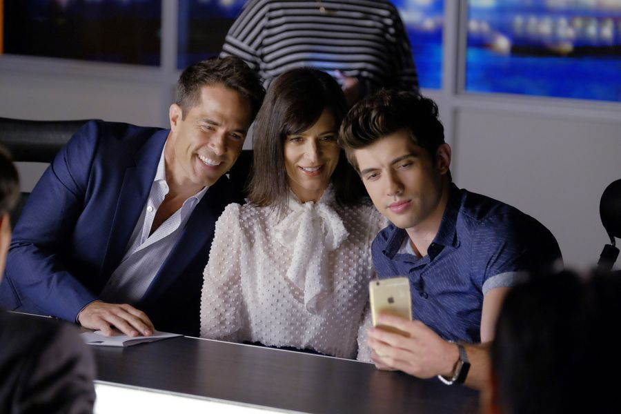 Selfies with mom… and dad. 👪 #FamousInLove https://t.co/zMXK1uj0tP