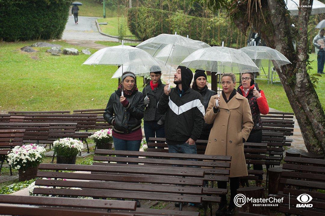 Para estes participantes, não tem tempo ruim! Hoje é dia de prova em equipes no #MasterChefBR Profissionais.