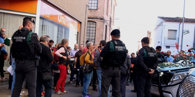 Civil Guard confiscates referendum documentation from business in #Terrassa  https:// goo.gl/6TYLgo  &nbsp;  <br>http://pic.twitter.com/XWoMN8cFrS