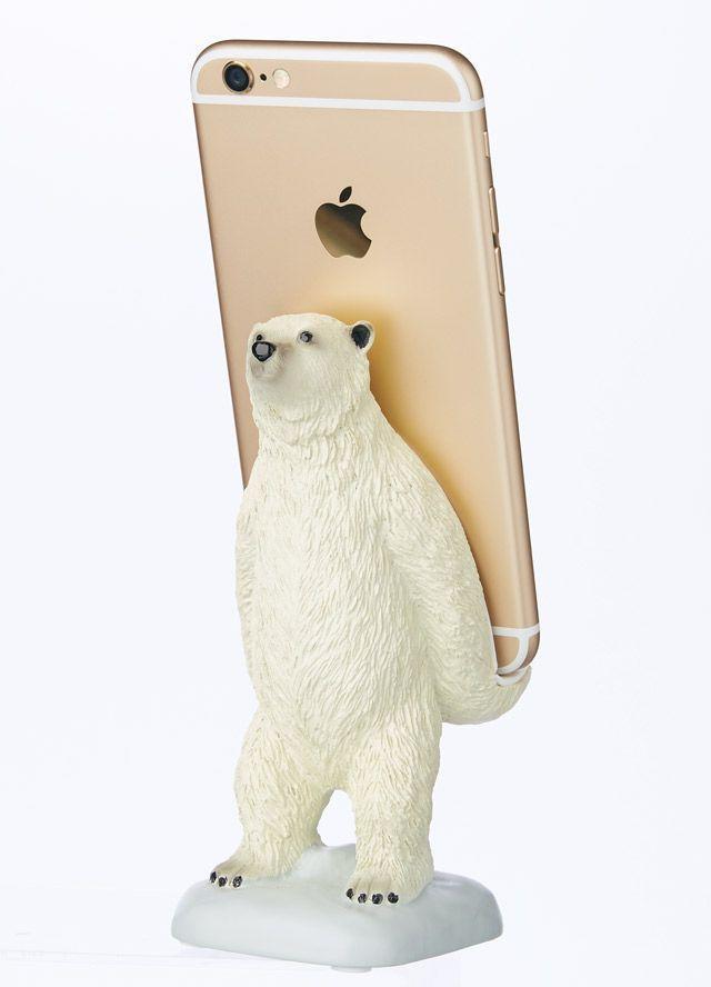 携帯電話を立て掛けたまま、充電も可能。ホッキョクグマが愛らしく一生懸命抱えてくれる。「ユニークさ」で選ぶギフトアイテム集。https://t.co/pYdBnb0i4k