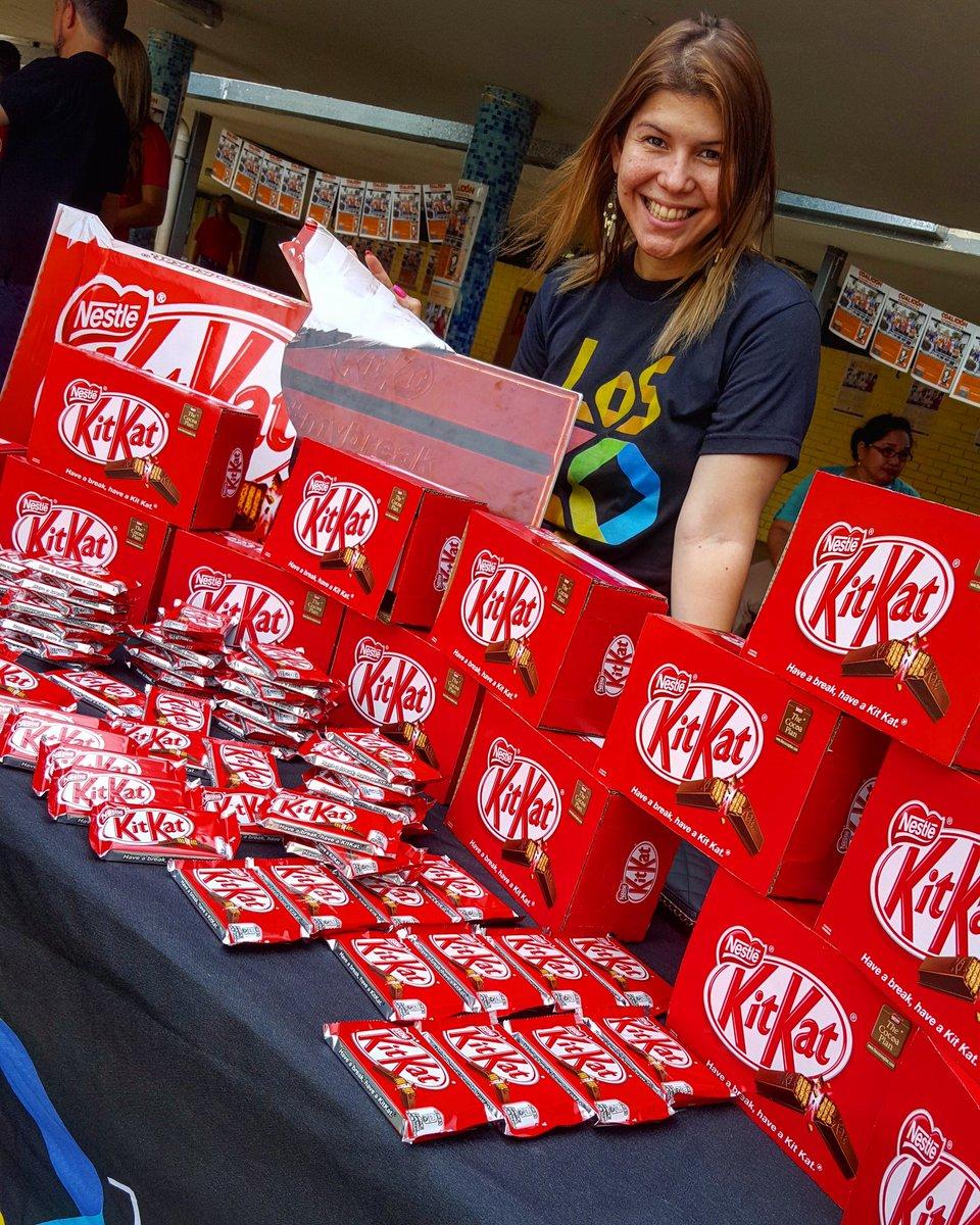 @yasmariss en la Facultad de Comunicación Social de la Universidad Nacional junto Kit Kat #DateUnBreak #KitKatEnLaU