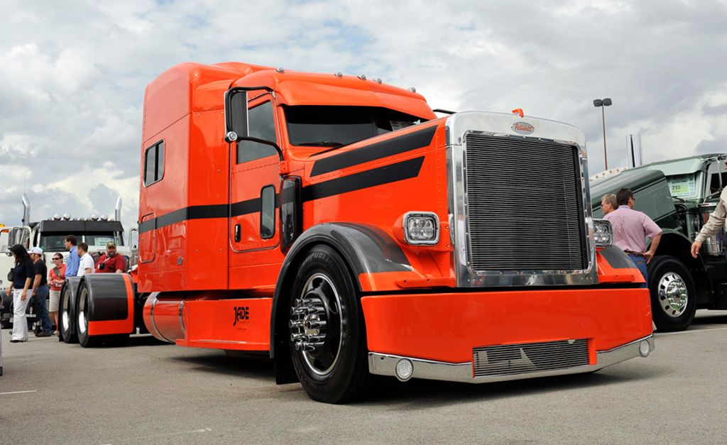 Hot diggity dog.  This is a perfect #Peterbilt!  LOVE the paint! @peterbiltmotors #truck #trucks #bigrig #customrig #largecar #trucker<br>http://pic.twitter.com/3Bw0DvXfpn