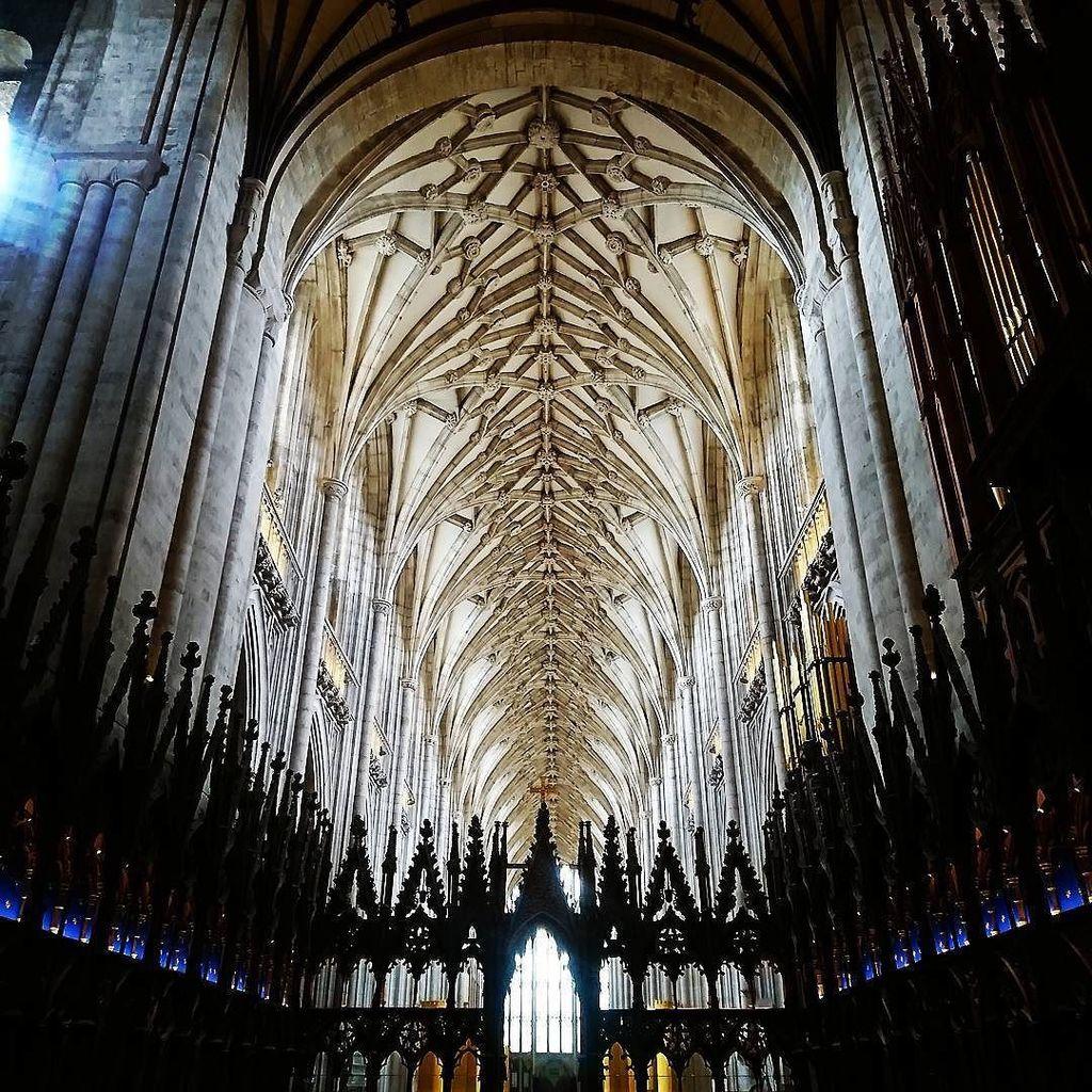Higher and higher ⤴️ 神に近づくために。ウィンチェスター大聖堂のゴシック様式はため息が出るほど素晴らしい! * 『英国の休日』特集、絶賛発売中🇬🇧 みなさまの英国のお写真を、ぜひ  #英国の休日 でインスタグ… https://t.co/l2zOqyQFMF