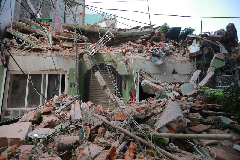 Mexico earthquake: - 7.2 magnitude - Near Mexico City - Scores killed - Buildings collapse  https://t.co/6qWKCNZWx9