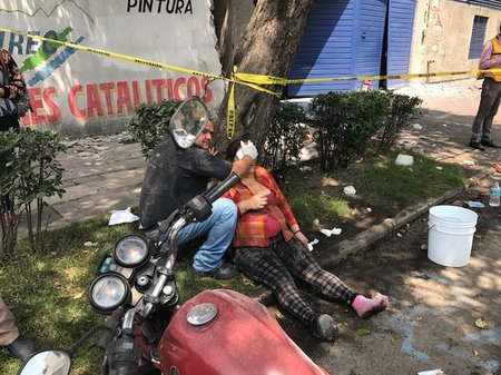 メキシコ中部でマグニチュード7.1の地震発生、少なくとも計149人が死亡した。首都メキシコ市では倒壊した建物のがれきの下に生存者がいないか救助隊員らが捜索活動を行っている。  メキシコ中部でM7.1の地震、死者149人以上 https://t.co/ZINE7VFjSo