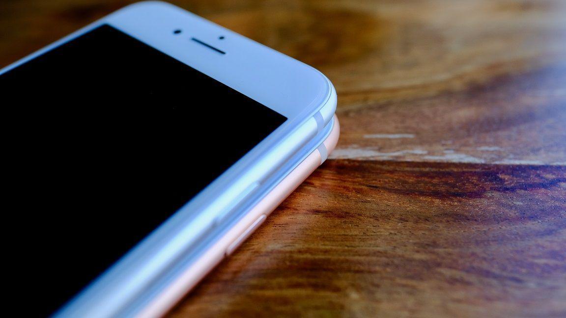 """前面、背面ともにガラスで包まれたデザインは、「完成されたデザイン」と非常に評価が高かった""""傑作""""iPhone 4以来となる。  iPhone 8、使って分かった「絶対買い」の根拠 カメラ機能が驚くほど進化していた! https://t.co/akulwb9Bqi"""