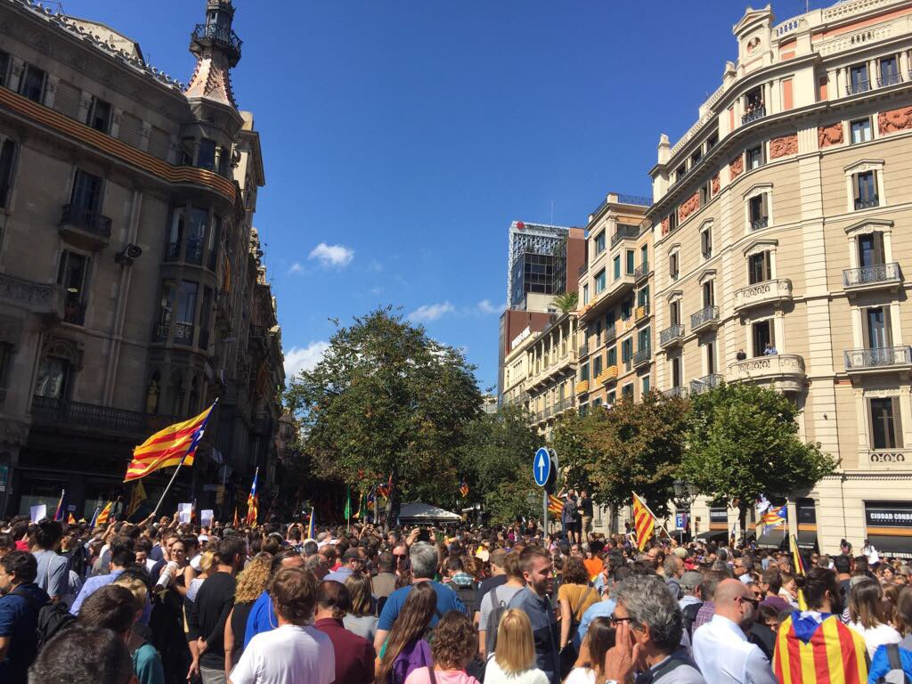 #Catalan people demanding #democracy, #humanrights and #freedom in #Barcelona #Europe #UE #EU #shame<br>http://pic.twitter.com/APOo0HzQqj