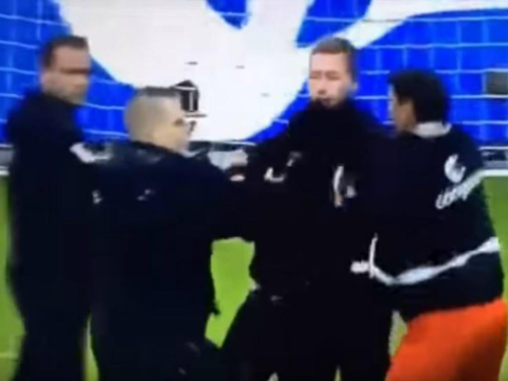 VÍDEO: jogadores do St. Pauli defendem adeptos da ira de ultras adversários https://t.co/Q6edYccjA1