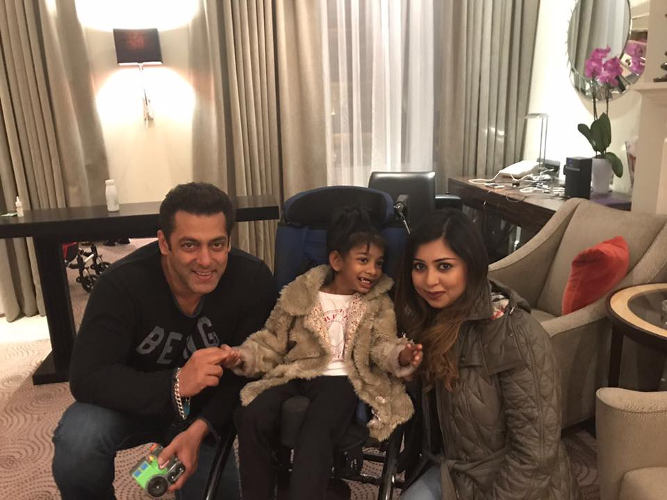 ★ SWEETIE PIE... #SalmanKhan with fan Faria and her daughter in #London (September 19th 2017) !  https:// tmblr.co/ZrXcGy2QB3N1v  &nbsp;   #SKinUK<br>http://pic.twitter.com/Ft4LgCKVwE