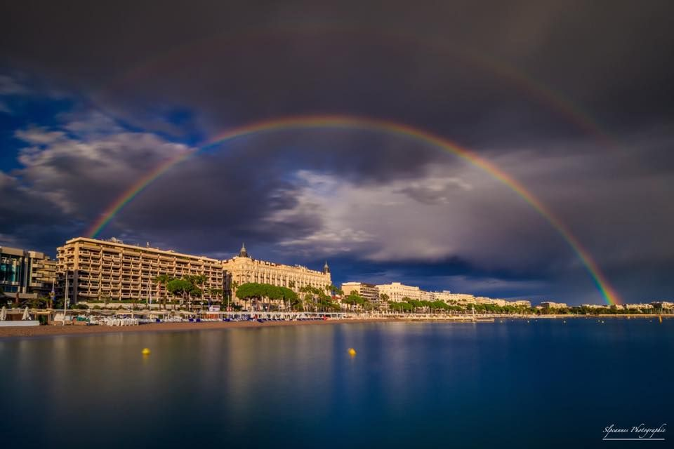 Have you ever seen such beautiful rainbows in the Bay of #Cannes ?   @slpcannes<br>http://pic.twitter.com/QdKN6PUEd4