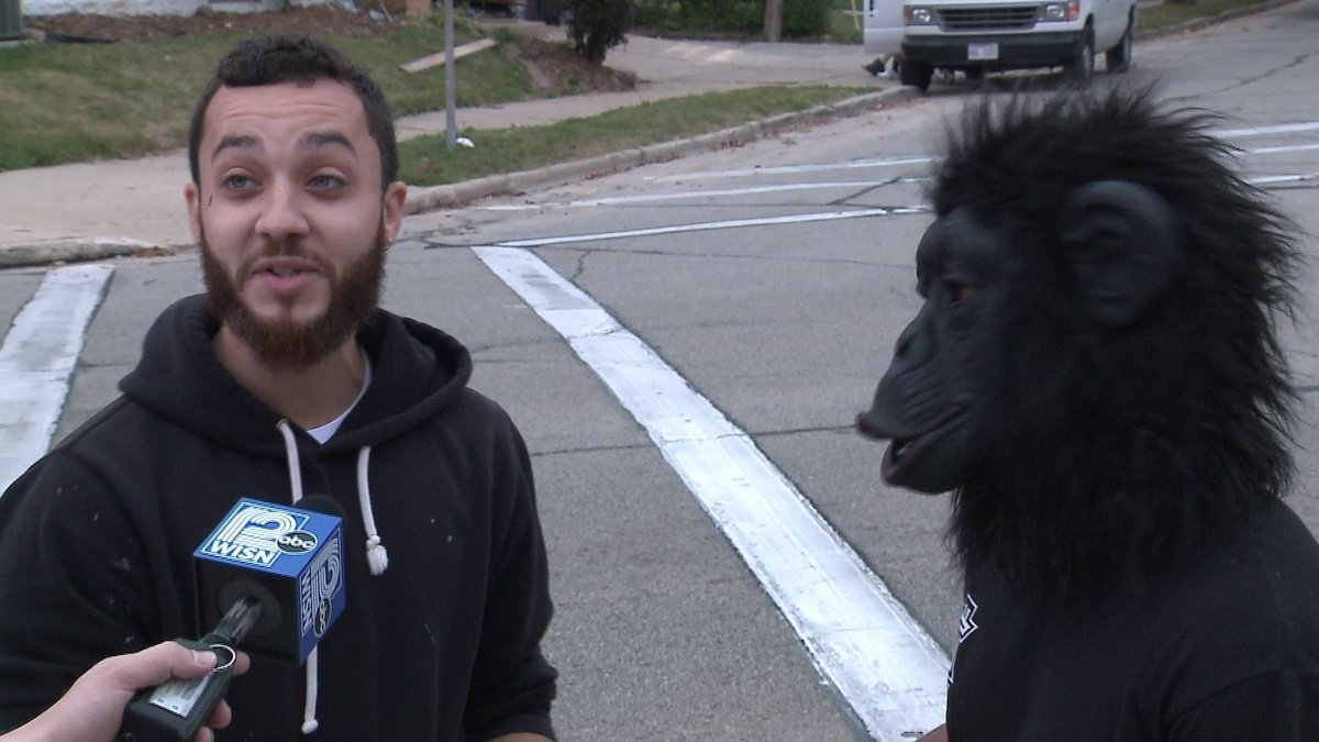 Man dressed in gorilla mask and diaper 'steals' bananas from Walmart https://t.co/obKe8PZkvb