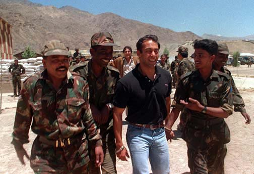 #SalmanKhan @BeingSalmanKhan in Kargil meeting and greeting soldiers many years ago, but never did drama out of it as few does today<br>http://pic.twitter.com/Ohln2Jyjqk