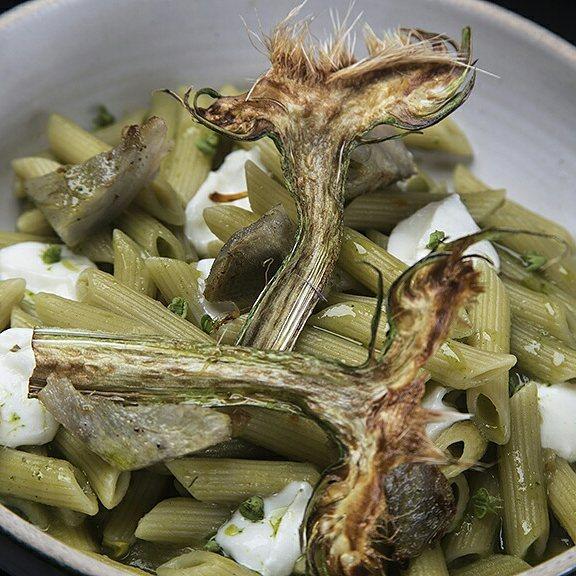 Penne con alcachofas y bocconcini. Presentamos esta hortaliza de sabores pronunciados en dos texturas y la servimos con pasta al dente.