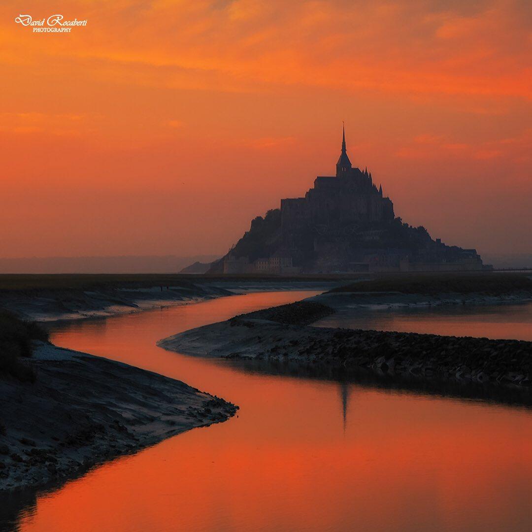 Golden tones at Le Mont Saint-Michel @CanonEspana @Normandy  #France #EarthCapture #stormhour<br>http://pic.twitter.com/U2xJxo1qj8