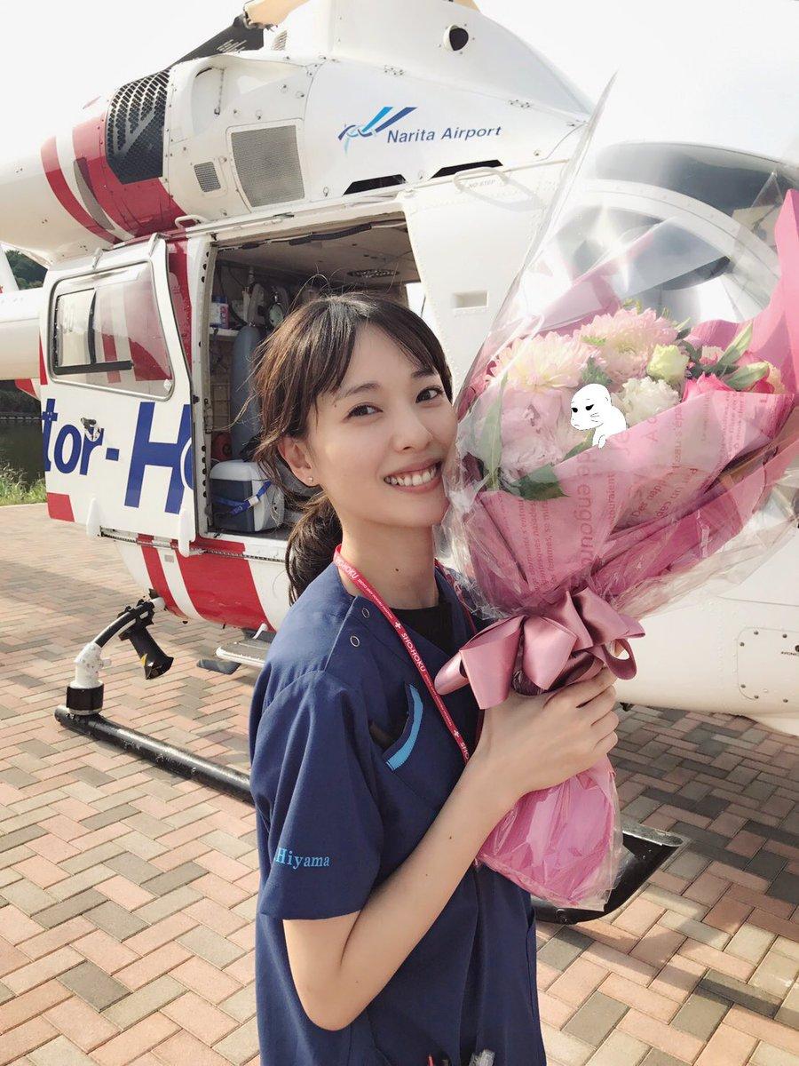 花束を持った戸田恵梨香