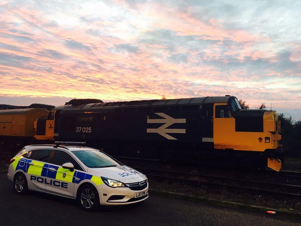 The &#39;Inverness TMD&#39; meets D36 under a fantastic sky at Slateford Depot Yard in #Edinburgh last night #railway #trains #police #OurBeat<br>http://pic.twitter.com/Ahnw744hLs