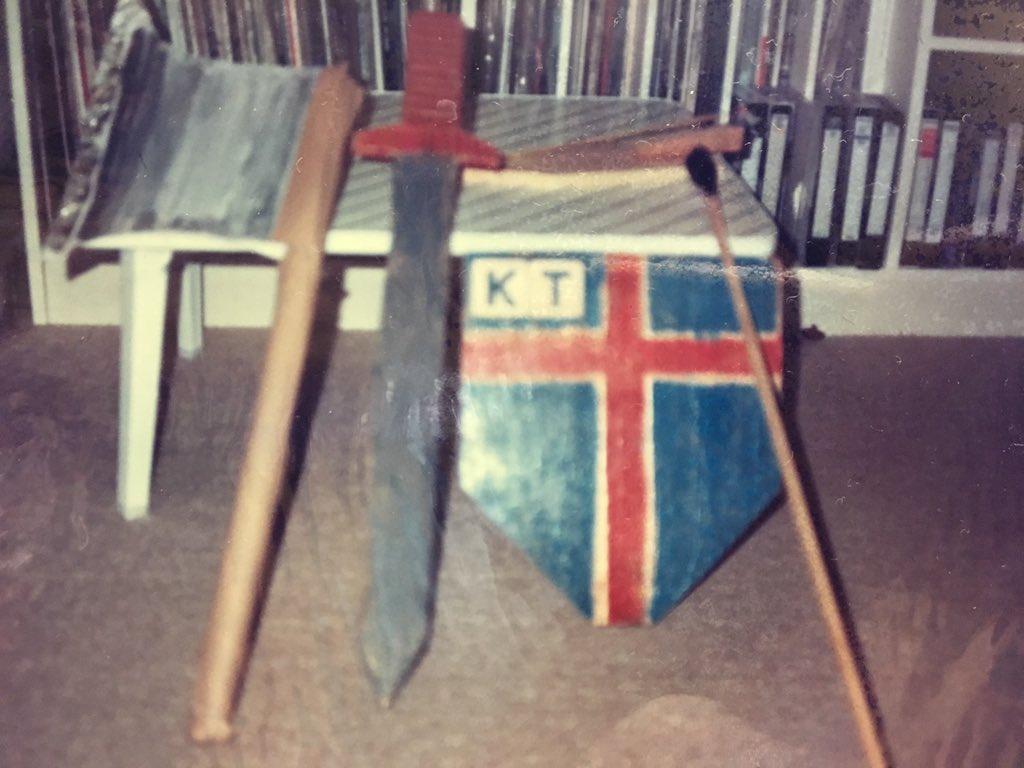 うちの親もまさかゼルダの伝説を買わなかったせいで仕方なく自分でリンクの盾と剣を作って遊んでた子供がいずれ大きくなってこんな事をやり始めるとは思わなかっただろうなぁ。